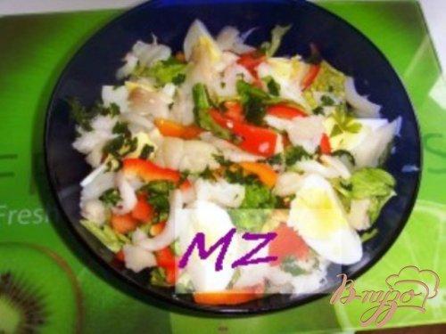 Салат с копченой рыбой и овощами