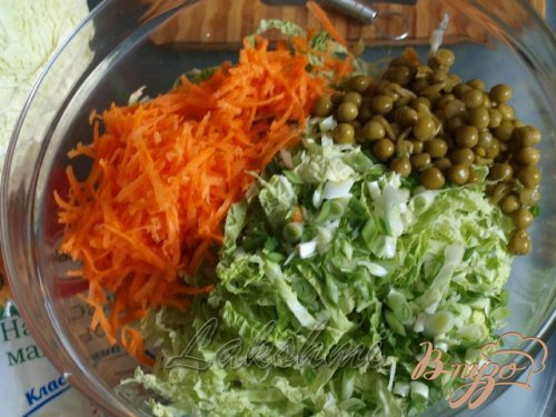 Салат с савойской капустой,морковью и горошком