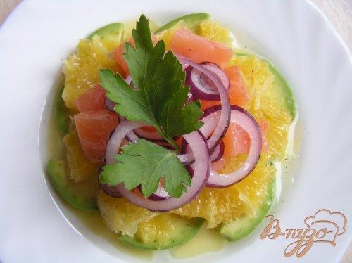 Салат с семгой, апельсином и авокадо