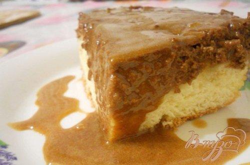 Бисквитно-творожное пироженое с соусом
