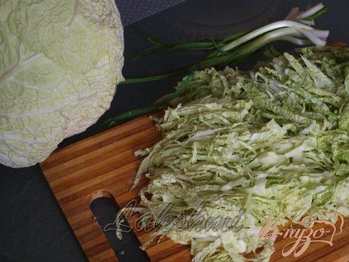 Салат из савойской капусты с хурмой и перепелиными яйцами