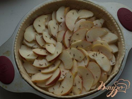 Сырный пирог с яблоками и тмином
