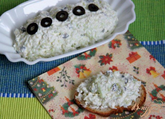 Фото приготовление рецепта: Сырный дип с маслинами и и огурцом шаг №5