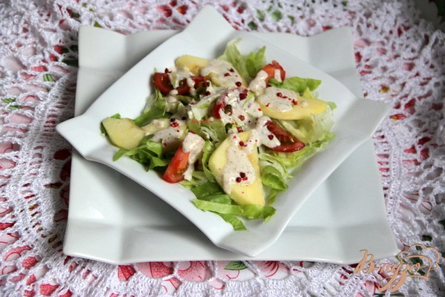 Фото приготовление рецепта: Салат из помидоров и яблок под острой сметанной заливкой шаг №7