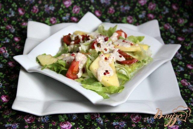 Фото приготовление рецепта: Салат из помидоров и яблок под острой сметанной заливкой шаг №6
