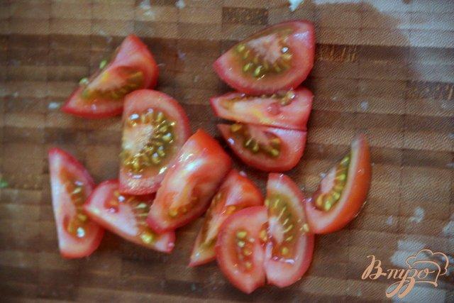 Фото приготовление рецепта: Салат из помидоров и яблок под острой сметанной заливкой шаг №2