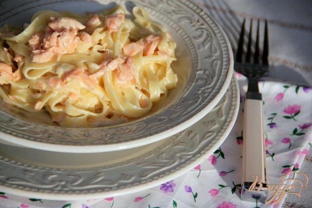 Фото приготовление рецепта: Паста с копчёным лососем в сливочном соусе шаг №5
