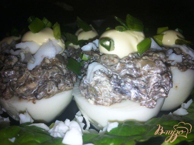 Фото приготовление рецепта: Фаршированные грибами яйца шаг №10