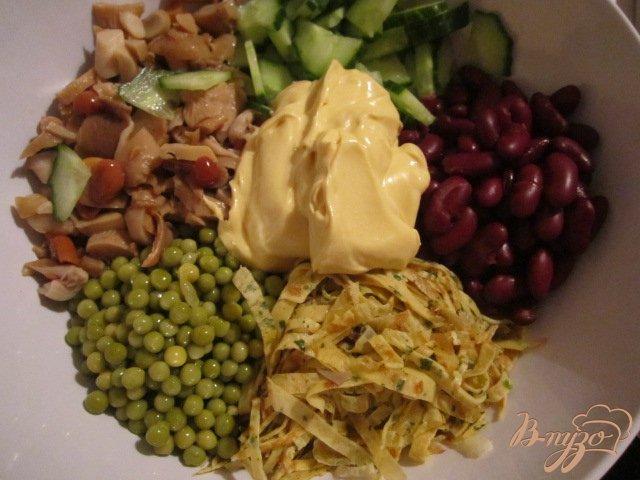 Фото приготовление рецепта: Салат из яичных блинчиков шаг №5
