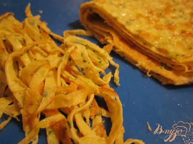 Фото приготовление рецепта: Салат из яичных блинчиков шаг №4