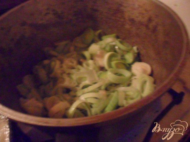 Фото приготовление рецепта: Свинина с луком - пореем шаг №3