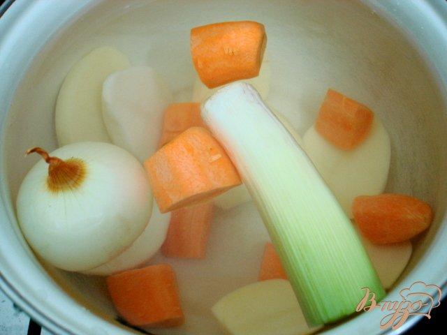 Фото приготовление рецепта: Суп с горошком, фасолью и сыром шаг №1