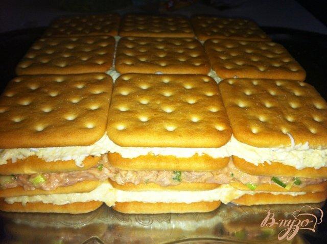 Фото приготовление рецепта: Торт-салат с крекерами и тунцом шаг №12