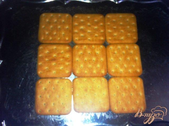 Фото приготовление рецепта: Торт-салат с крекерами и тунцом шаг №8