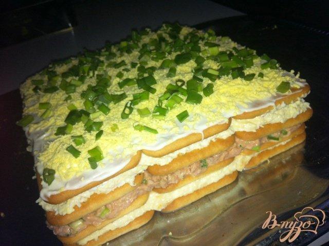 Фото приготовление рецепта: Торт-салат с крекерами и тунцом шаг №13