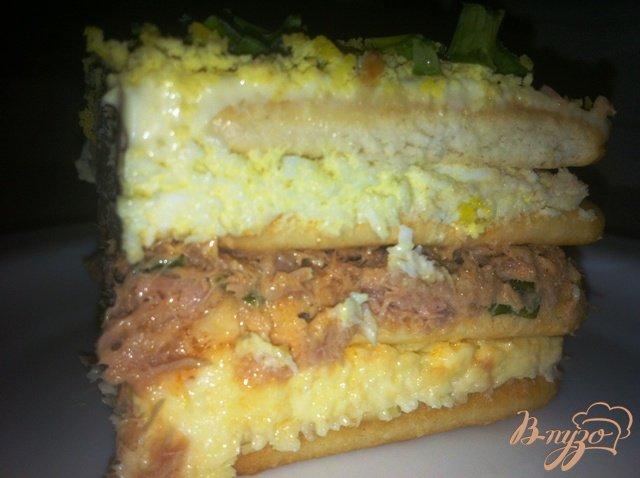 Фото приготовление рецепта: Торт-салат с крекерами и тунцом шаг №14