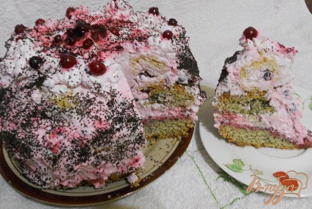 Фото приготовление рецепта: Бисквитный торт с клюквой шаг №15