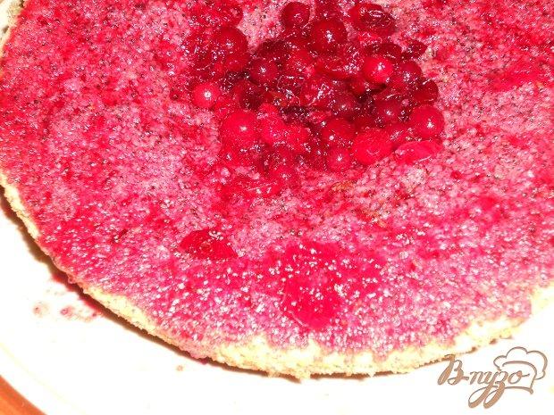 Фото приготовление рецепта: Бисквитный торт с клюквой шаг №11