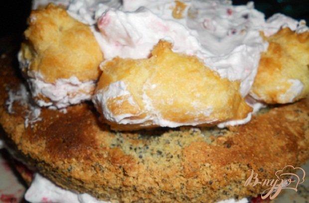 Фото приготовление рецепта: Бисквитный торт с клюквой шаг №13
