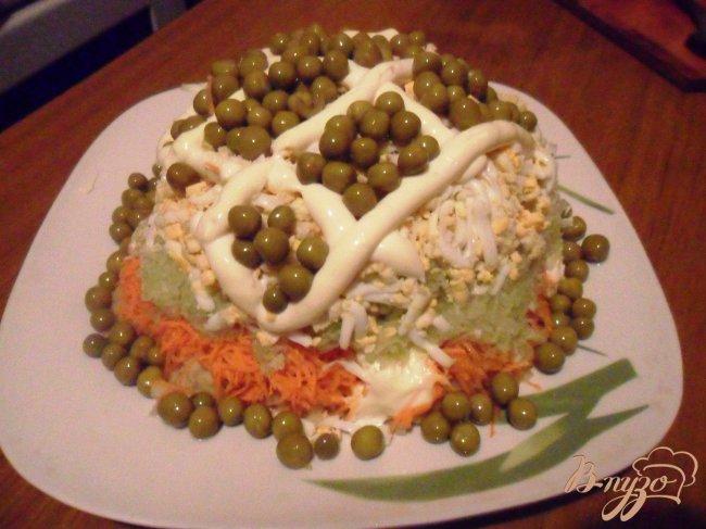 Фото приготовление рецепта: Слоёный овощной салат с редькой шаг №4