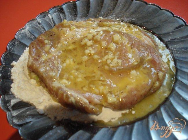 Фото приготовление рецепта: Свиные отбивные в чесночном кляре шаг №4