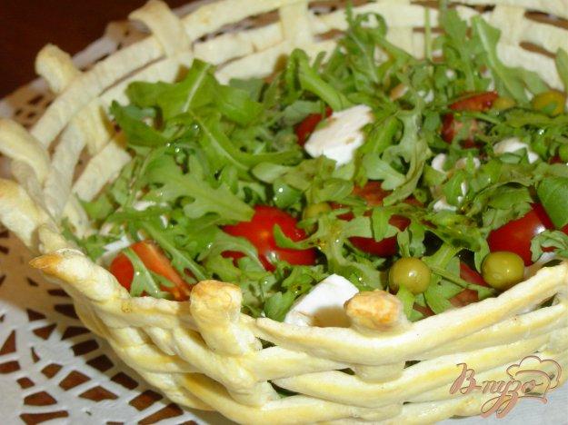 Рецепт Салат с рукколой, моцареллой, помидорами-черри в корзиночке