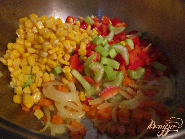 Фото приготовление рецепта: Овощной суп с кукурузными улитками.. шаг №7