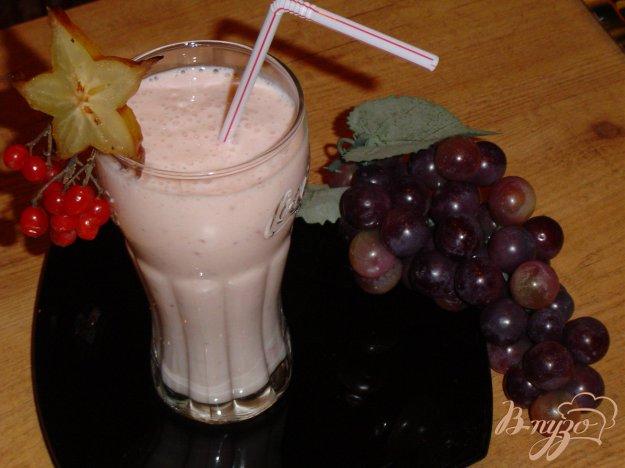 фото рецепта: Коктейль кисло-молочный с бананами и ягодами