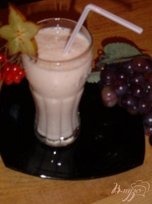 Фото приготовление рецепта: Коктейль кисло-молочный с бананами и ягодами шаг №6