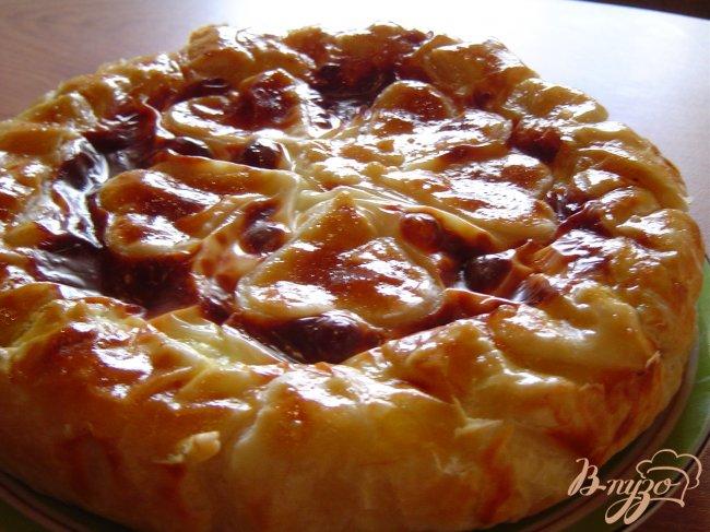 Фото приготовление рецепта: Пирог из слоеного теста с творогом и зеленью шаг №10