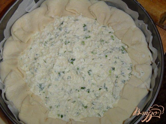 Фото приготовление рецепта: Пирог из слоеного теста с творогом и зеленью шаг №6