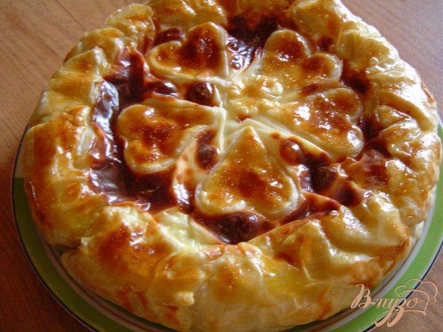 фото рецепта: Пирог из слоеного теста с творогом и зеленью