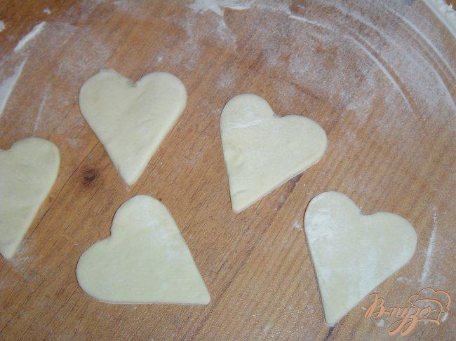 Фото приготовление рецепта: Пирог из слоеного теста с творогом и зеленью шаг №7