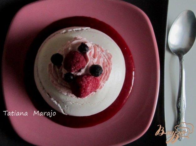 фото рецепта: Меренги с малиновым кули