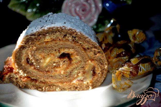 фото рецепта: Бисквитный рулет с творожным , фруктово-шоколадным кремом