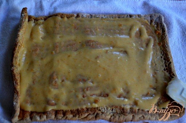 Фото приготовление рецепта: Бисквитный рулет с творожным , фруктово-шоколадным кремом шаг №6