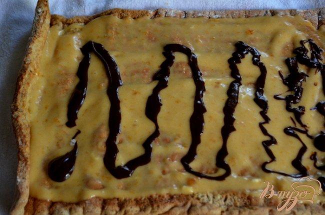 Фото приготовление рецепта: Бисквитный рулет с творожным , фруктово-шоколадным кремом шаг №7