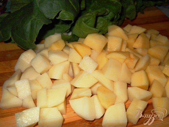 Фото приготовление рецепта: Картофельный суп со шпинатом шаг №2