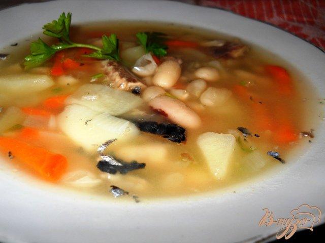 Фото приготовление рецепта: Суп из белой фасоли с рыбными консервами шаг №4