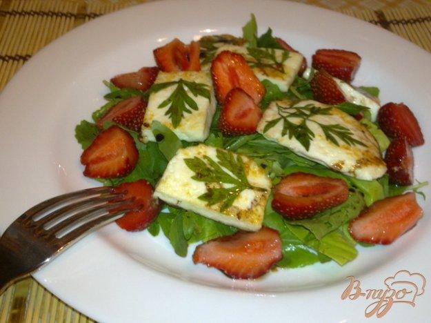 Рецепт Салат из клубники с жареным сыром
