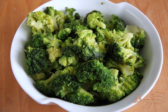 Фото приготовление рецепта: Салат из брокколи с сырной заправкой шаг №1