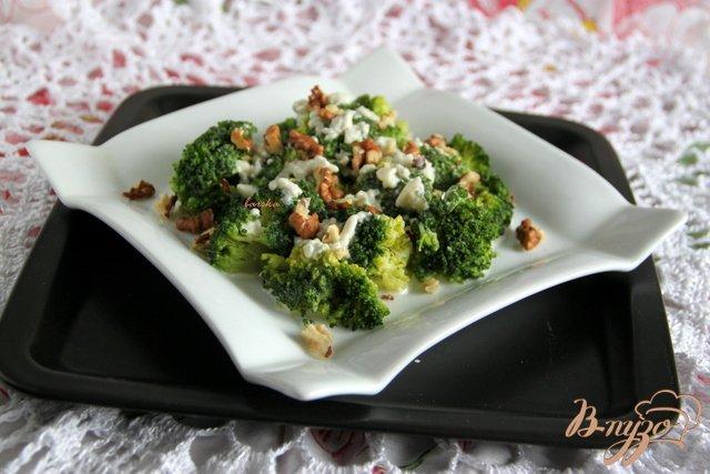 Фото приготовление рецепта: Салат из брокколи с сырной заправкой шаг №4