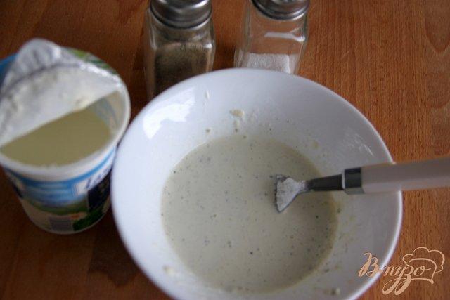 Фото приготовление рецепта: Салат из брокколи с сырной заправкой шаг №3