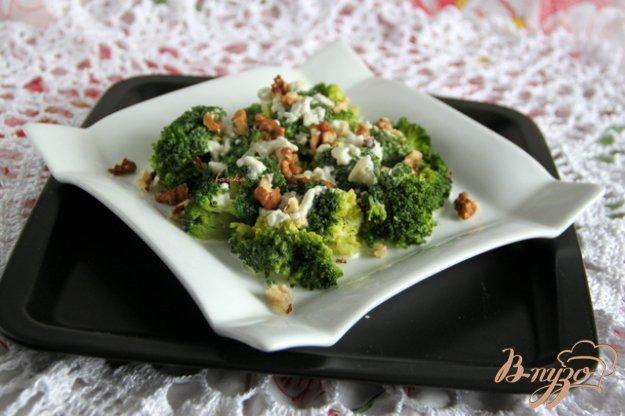 фото рецепта: Салат из брокколи с сырной заправкой
