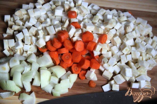 Фото приготовление рецепта: Бархатный крем-суп из картофеля и сельдерея с сыром шаг №2