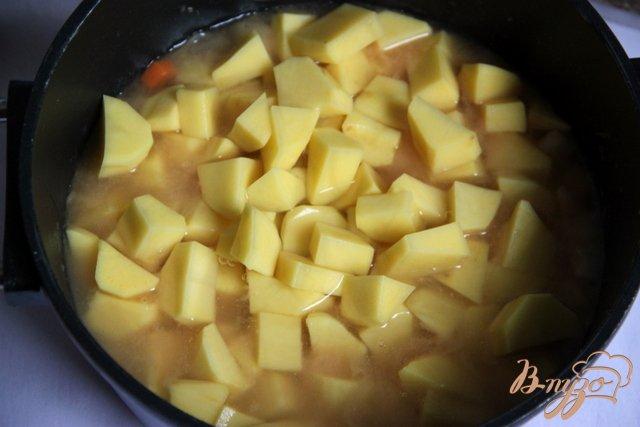 Фото приготовление рецепта: Бархатный крем-суп из картофеля и сельдерея с сыром шаг №5