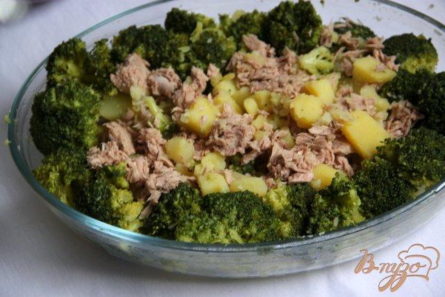 Фото приготовление рецепта: Запеканка из картофеля и брокколи с тунцом шаг №8