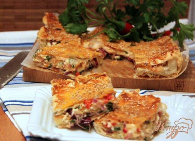 Фото приготовление рецепта: Греческий пирог с брынзой и перцем чили шаг №10
