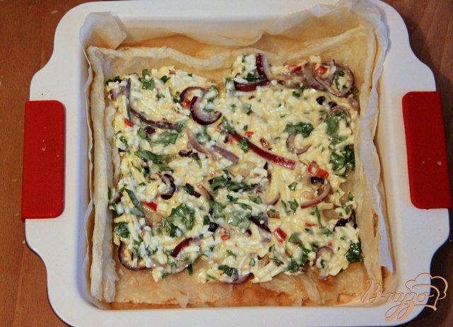 Фото приготовление рецепта: Греческий пирог с брынзой и перцем чили шаг №8