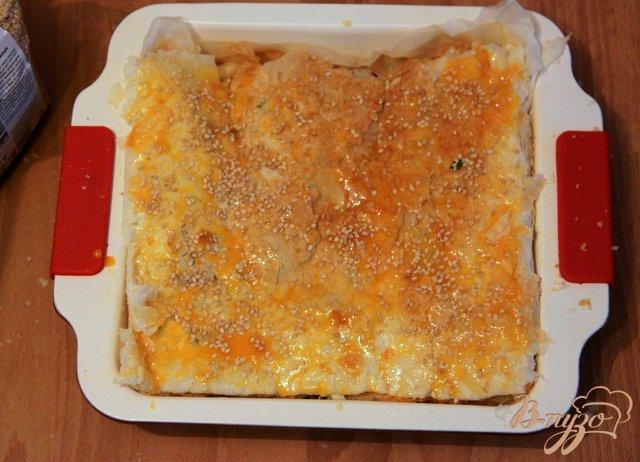 Фото приготовление рецепта: Греческий пирог с брынзой и перцем чили шаг №9